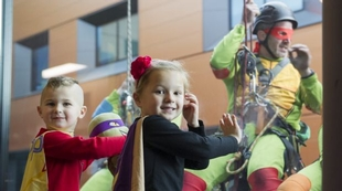 window-cleaners-dressed-as-ninja-turtles-cheer-children-at-canberra-hospital-australia